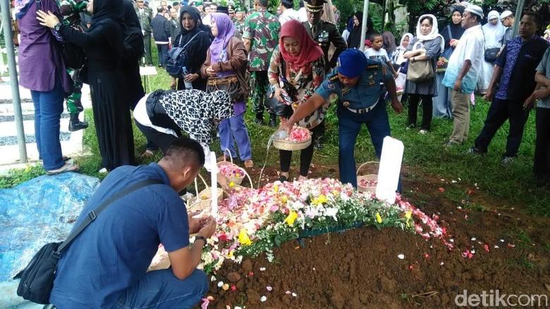 Hikmah Menaburkan Tanah 3 Kali Setelah Pemakaman Jenazah